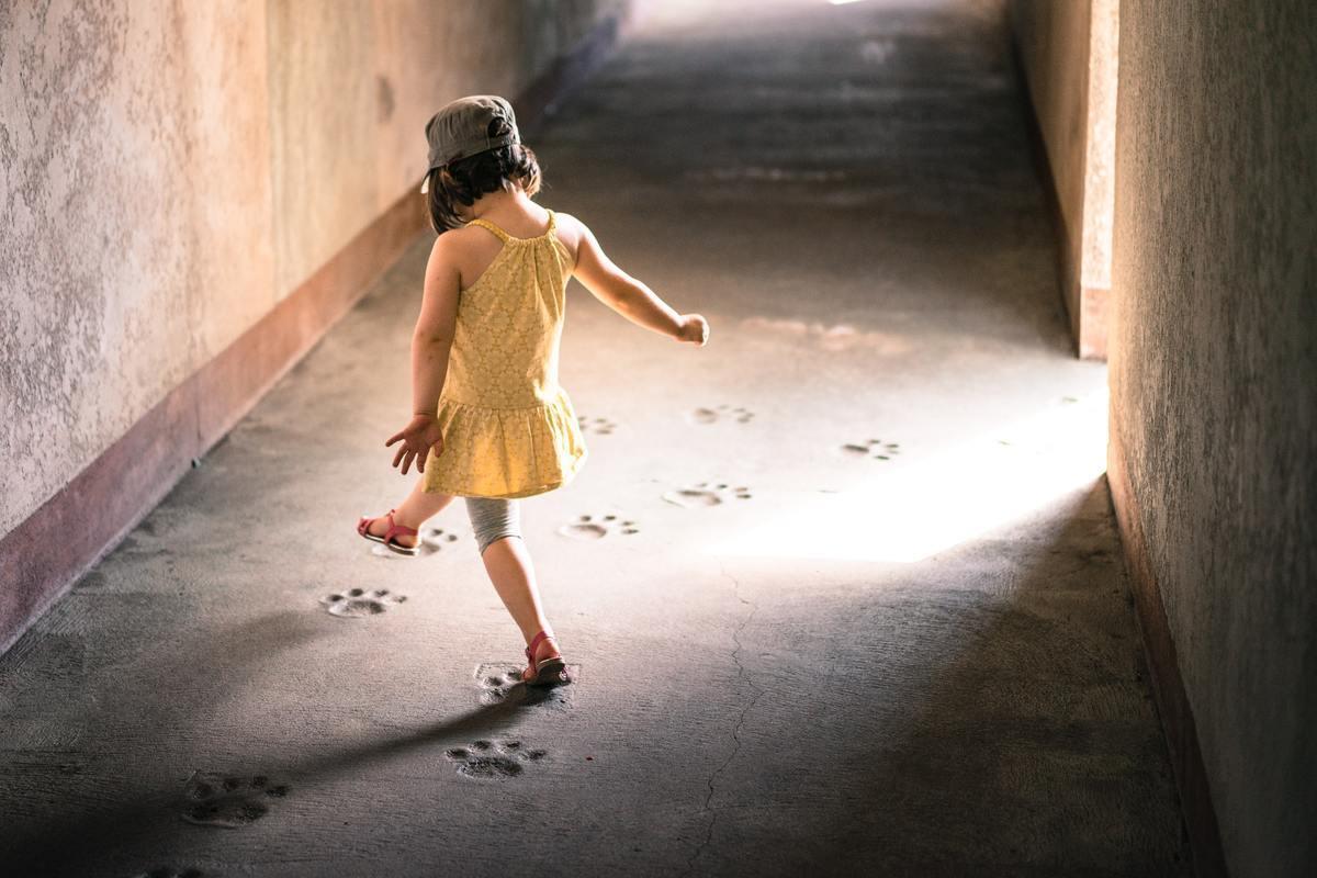 Petite fille marchant sur un chemin tout tracé.