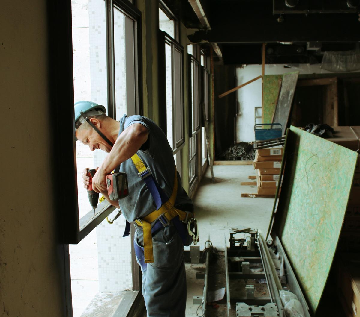 Ouvrier de chantier travaillant avec plaisir.